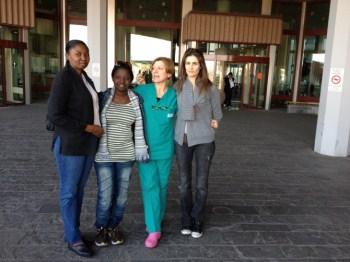Eugenie e Judeline davanti all' Ospedale di Bassano con l'ostetrica Lucia Sasso e la nostra volontaria Rita Pilotto
