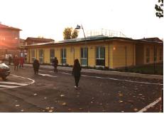 La nuova scuola in cemento armato con vetriinsonorizzati.