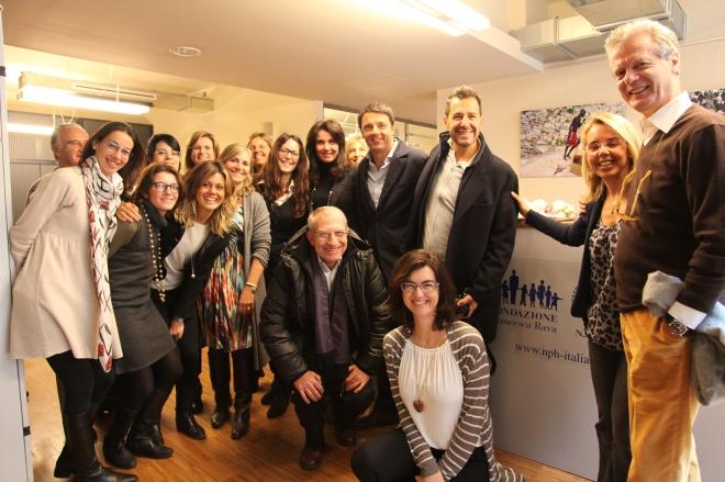 Il Sindaco di Firenze, Matteo Renzi, in visita negli uffici della Fondazione Francesca Rava.